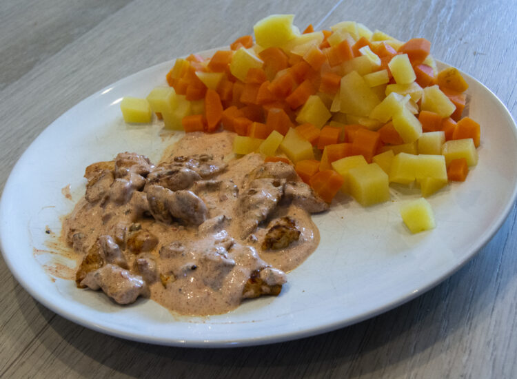 Chicken with sauce and root vegetables